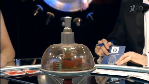 Волчок на столе с вопросами на телепередаче Что? Где? Когда? - Sputnik Армения