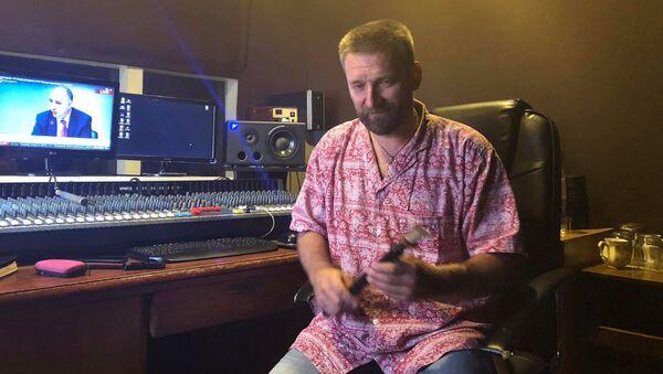 Блогер Олег Переверзев играет на дудуке - Sputnik Արմենիա