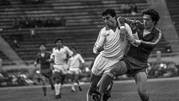 Нападающий Арарата Гамлет Мхитарян во время футбольного матча Арарат - Торнадо (1984 год) - Sputnik Արմենիա