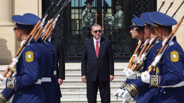 Президент Турции Эрдоган во время церемонии приветствия в Баку, Азербайджан (15 сентября 2018 года) - Sputnik Армения