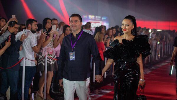 Основатель Comedy Club Production Артур Джанибекян с супругой Элиной Джанибекян на красной дорожке (15 сентября 2018). Еревaн - Sputnik Армения