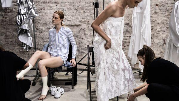 Модели готовятся за кулисами перед началом показа модного дома Alberto Zambelli в рамках показов женской моды весна/лето 2019 года (19 сентября 2018). Милан - Sputnik Армения