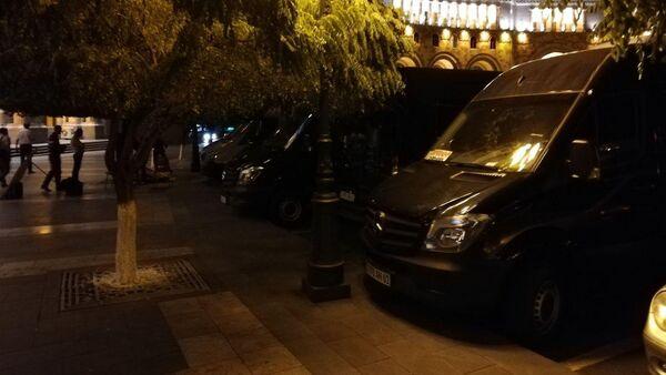Акция протеста водителей перед зданием правительства в Ереване - Sputnik Արմենիա