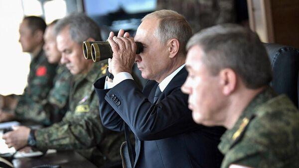 Президент России Владимир Путин наблюдает за маневрами «Восток-2018» (13 сентября 2018). Забайкальский край - Sputnik Армения