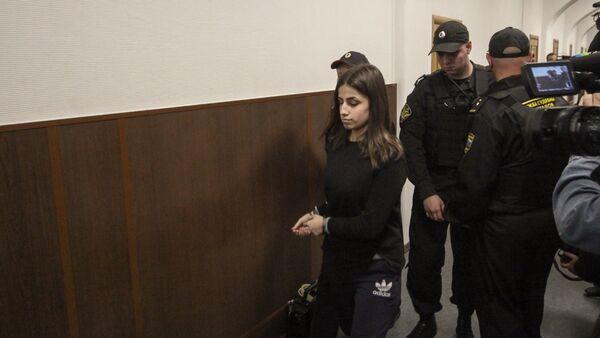 Задержанная по обвинению в убийстве отца 18-летняя Ангелина Хачатурян во время рассмотрения в Басманном суде ходатайства следствия об изменении меры пресечения (27 сентября 2018). Москва - Sputnik Армения