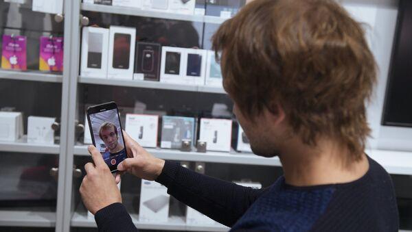 Мужчина рассматривает телефон iPhone XS Max в магазине re:Store (28 сентября 2018). Санкт-Петербург - Sputnik Արմենիա