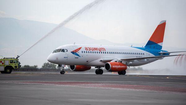 Российский лайнер Sukhoi Superjet 100 авиакомпании Азимут в международном аэропорту Звартноц (1 октября 2018). Еревaн - Sputnik Армения