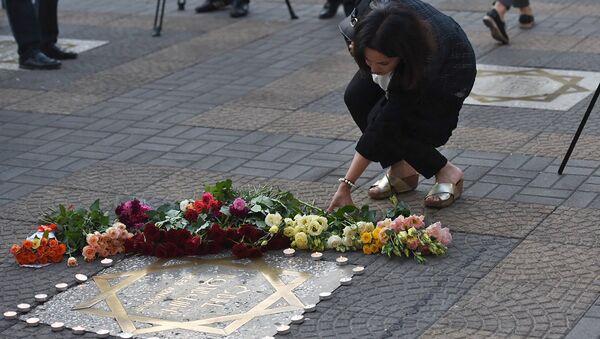 Ереванцы и гости столицы возложили цветы и зажгли свечи около звезды Шарля на площади Шарля Азнавура (1 октября 2018). Еревaн - Sputnik Արմենիա