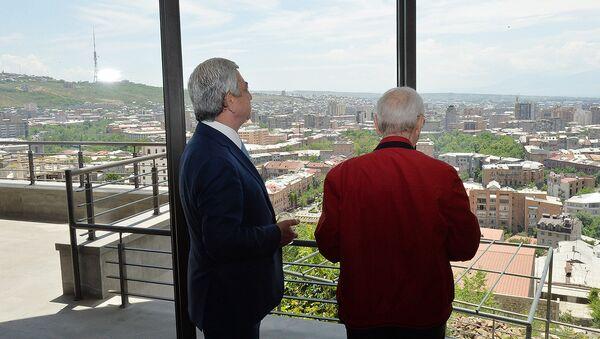 Третий президент Армении Серж Саргсян и Шарль Азнавур во время церемонии вручения ключа дома-музея фонду «Азнавур» (1 июня 2017). Еревaн - Sputnik Արմենիա