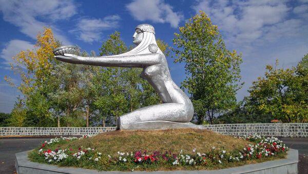 Скульптура Дарящая солнце, Цахкадзор - Sputnik Армения