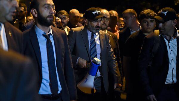 Премьер-министр Никол Пашинян и вице-премьер Арарат Мирзоян на митинге перед зданием Парламента (2 октября 2018). Еревaн - Sputnik Արմենիա