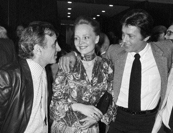 Շառլ Ազնավուրը, Ալեն Դելոնը և Նատալյա Բելոխվոստիկովան՝ «Թեհրան 43» ֆիլմի պրեմիերայի ժամանակ. Ֆրանսիայում ԽՍՀՄ դեսպանատուն, Փարիզ (15 ապրիլի 1981 թ.) - Sputnik Արմենիա