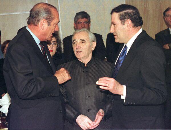 Շառլ Ազնավուրը՝ ՀՀ և Ֆրանսիայի նախագահներ Լևոն Տեր-Պետրոսյանի և Ժակ Շիրակի հետ. Փարիզ, 4-ը հունվարի 1998 թ. - Sputnik Արմենիա