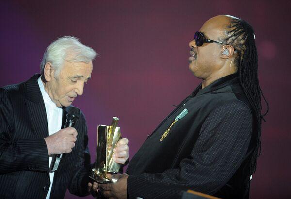 Սթիվի Ուոնդերը Շառլ Ազնավուրից պատվոգիր է ստանում Victoires de la Musique արարողության ժամանակ. Փարիզ, «Զենիթ» համերգասրահ, 6-ը մարտի 2010 թ. - Sputnik Արմենիա