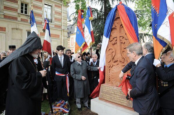ՄԱԿ-ի Ժնևի գրասենյակում ՀՀ մշտական դեսպան Ազնավուրը Խաչքարի հանդիսավոր բացումն է անում Վերսալյան այգում. Փարիզ, 30 մայիսի 2010 թ. - Sputnik Արմենիա