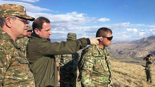 Министр обороны РА Давид Тоноян и начальник ГШ ВС РА Артак Давтян на армяно-азербайджанской границе - Sputnik Արմենիա