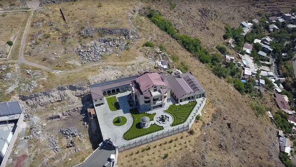 Дом Сурика Хачатряна на монументе - Sputnik Армения
