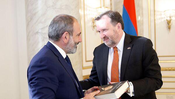 Премьер-министр Армении Никол Пашинян принял чрезвычайного и полномочного посла США в РА Ричарда Милза (8 октября 2018). Еревaн - Sputnik Արմենիա