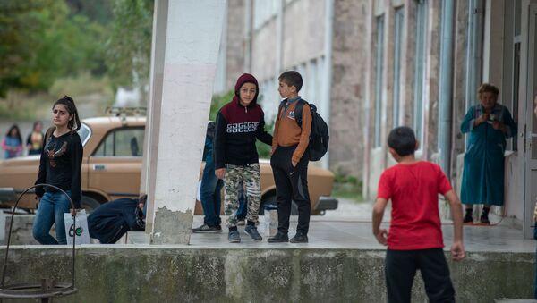 Школьники перед входом в школу села Коти - Sputnik Արմենիա