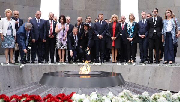 Президент Франции Эммануэль Макрон возложил цветы в мемориальном комплексе Цицернакаберд (11 октября 2018). Ереван - Sputnik Армения