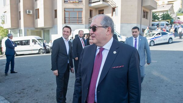 Президент Армении Армен Саркисян перед центром Шарля Азнавура (11 октября 2018). Еревaн - Sputnik Արմենիա