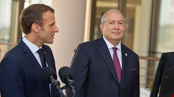 Президенты Армении и Франции Армен Саркисян и Эммануэль Макрон около центра Шарля Азнавура (11 октября 2018). Еревaн - Sputnik Армения