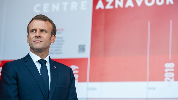 Президент Франции Эмманюэль Макрон в центре Шарля Азнавура (11 октября 2018). Еревaн - Sputnik Արմենիա