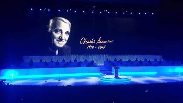 Экран с изображением неправильной даты рождения Азнавура на XVII саммите Франкофонии (11 октября 2018). Еревaн - Sputnik Արմենիա