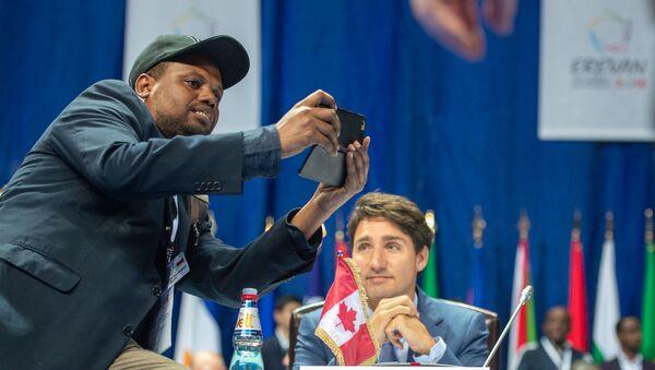 Журналист пытался сделать селфи с премьер министром Канады с Джастином Трюдо - Sputnik Արմենիա