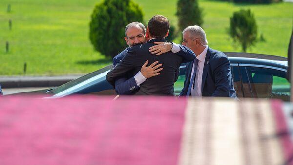 Мэр Еревана Айк Марутян приветствует премьер-министра перед началом церемонии инаугурации (13 октября 2018). Еревaн - Sputnik Արմենիա