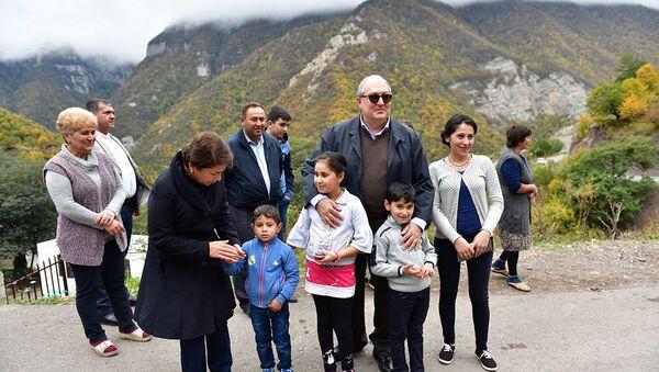 Президент Армен Саркисян на ярмарке «Праздник урожая», посвящённой Дню работника сельского хозяйства (14 октября 2018). Карабах - Sputnik Արմենիա