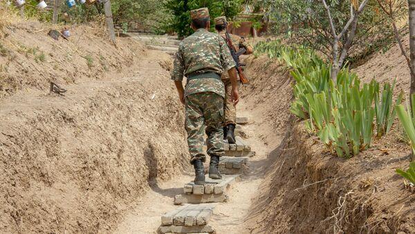 Армянские военнослужащие на боевой позиции - Sputnik Армения