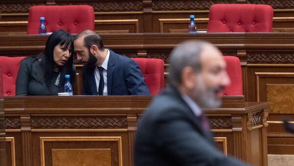Врио первого вице-премьера Арарат Мирзоян и депутат от фракции Царукян Наира Зограбян на внеочередном заседании Парламента Армении (24 октября 2018). Еревaн - Sputnik Արմենիա
