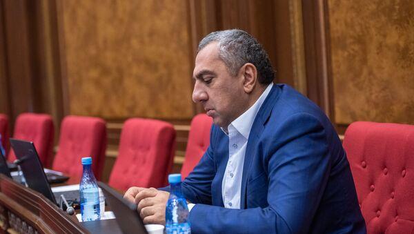 Депутат Самвел Алексанян на внеочередном заседании Парламента Армении (24 октября 2018). Еревaн - Sputnik Армения