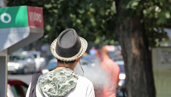 Курильщик на улице Амиряна - Sputnik Արմենիա
