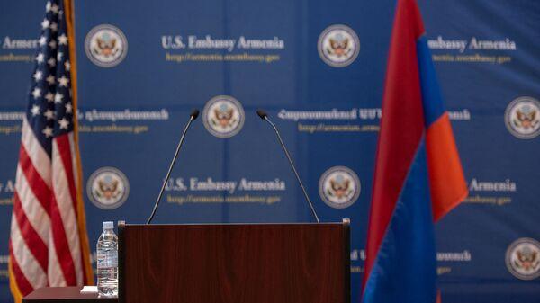 Трибуна перед началом пресс-конференция Джона Болтона в Посольстве США в Армении (25 октября 2018). Еревaн - Sputnik Արմենիա