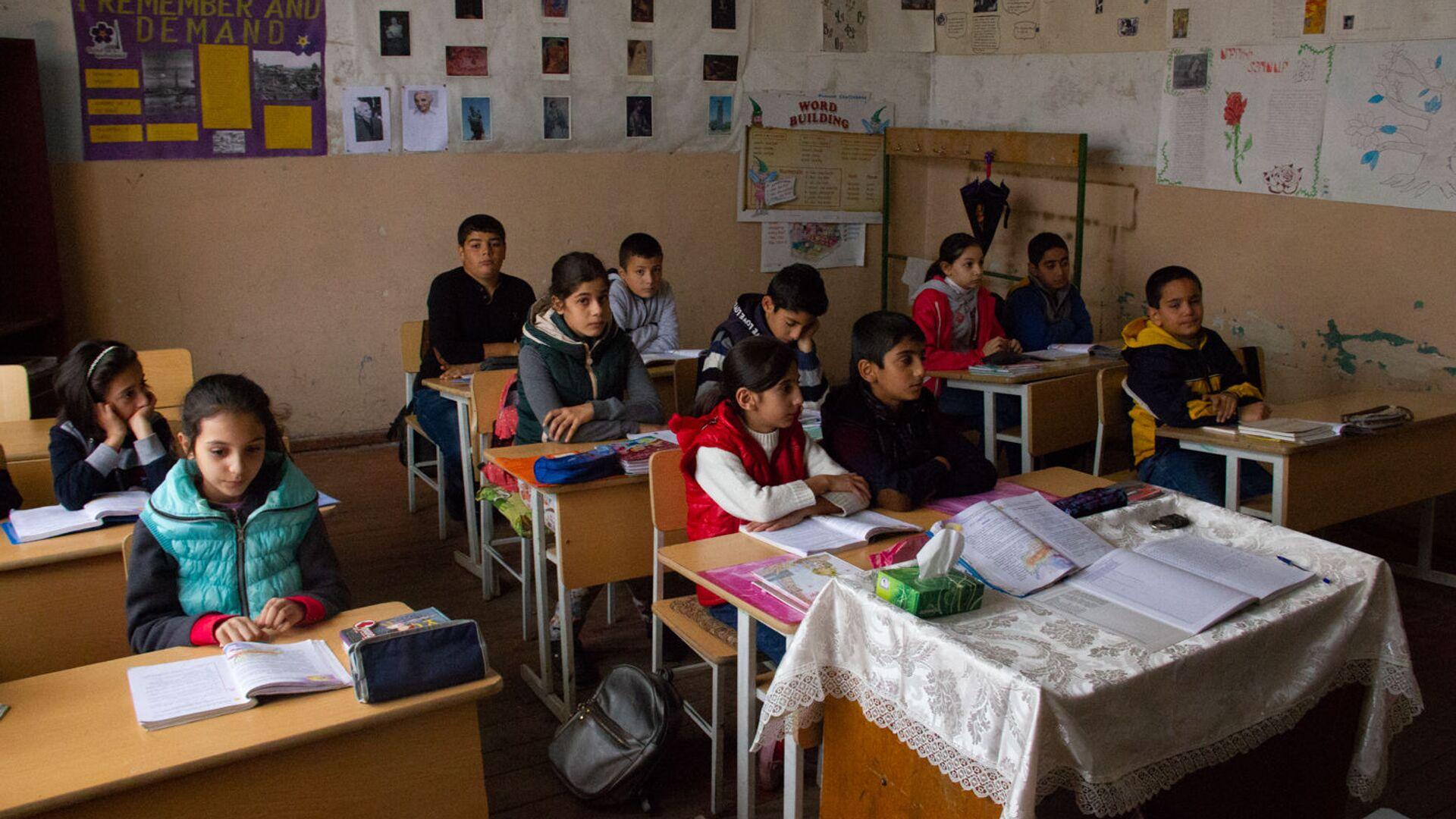 Классная комната в средней школе села Птхунк - Sputnik Армения, 1920, 14.06.2021