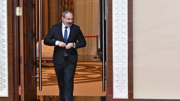 И.о. премьер-министра Армении Никол Пашинян перед заседанием Совета коллективной безопасности ОДКБ (8 ноября 2018). Астана - Sputnik Армения
