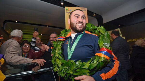 В аэропорту Звартноц встречают чемпиона мира по тяжелой атлетике Симона Мартиросяна (12 ноября 2018). Еревaн - Sputnik Արմենիա