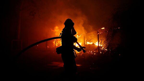 Пожарный борется с огнем (9 ноября 2018). Малибу, Калифорния - Sputnik Армения