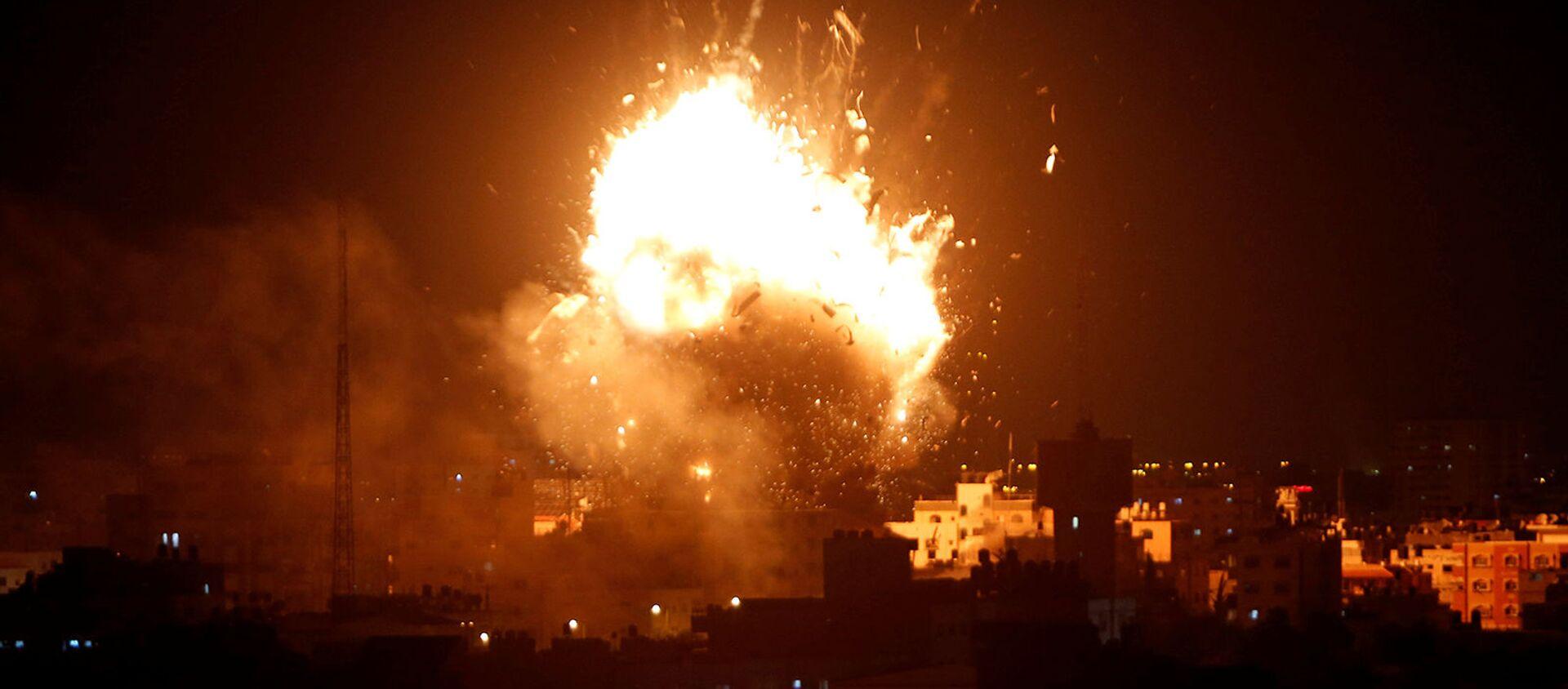 Взрыв во время израильского авиаудара по телевизионной станции ХАМАС в городе Газа (12 ноября 2018). Газа - Sputnik Армения, 1920, 12.05.2021
