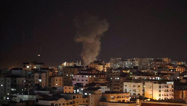 Взрыв во время израильского авиаудара по телевизионной станции ХАМАС в городе Газа (12 ноября 2018). Газа - Sputnik Армения