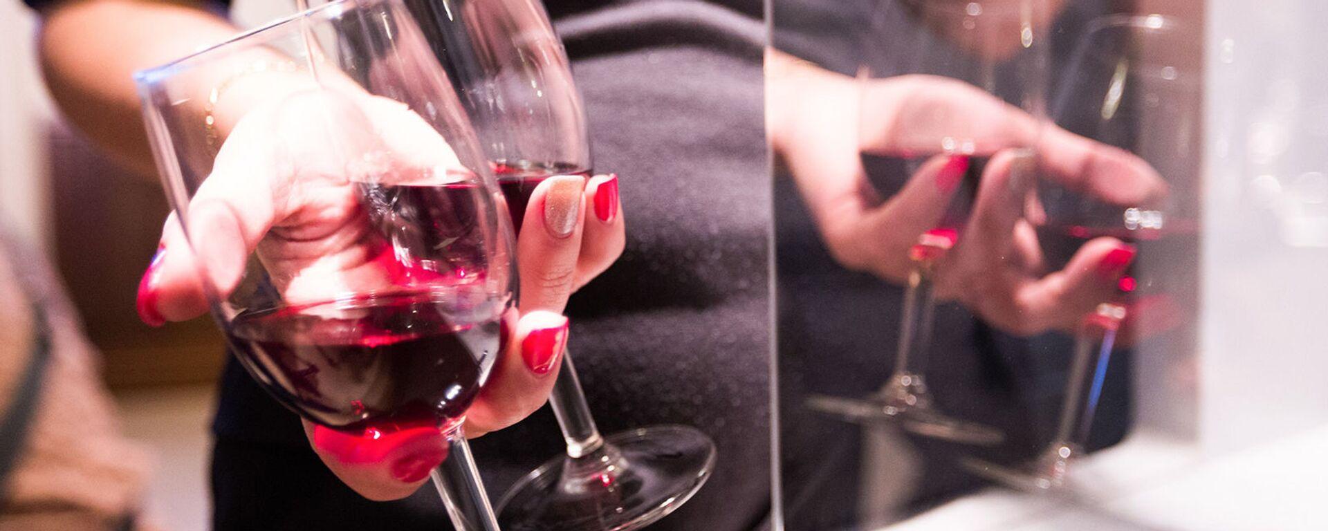 Девушка с бокалами красного вина - Sputnik Արմենիա, 1920, 27.04.2021