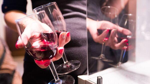 Девушка с бокалами красного вина - Sputnik Արմենիա