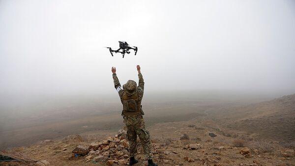 Армянский военнослужащий с беспилотным летательным устройством - Sputnik Արմենիա