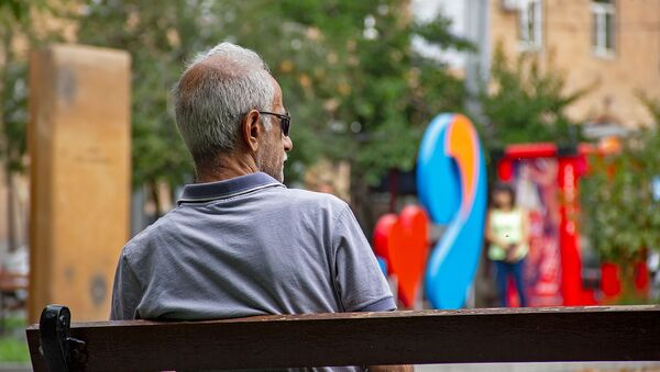 Пожилой человек на скамье - Sputnik Армения