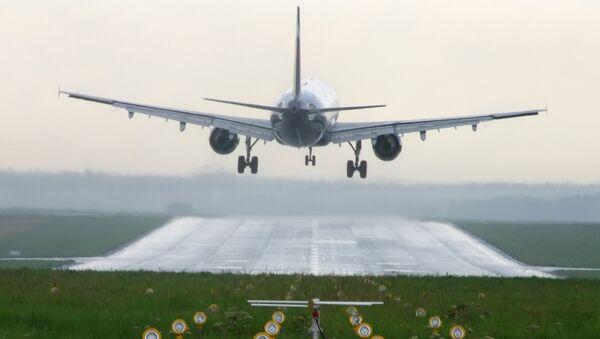 Самолет над взлетно-посадочной полосой в аэропорту Шереметьево. - Sputnik Армения
