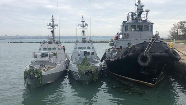 Задержанные украинские корабли доставлены в порт Керчи - Sputnik Армения
