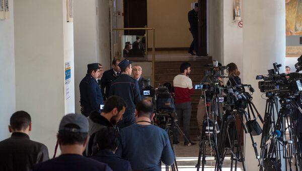 Журналисты в ожидании завершения в Апелляционном суде Армении (28 ноября 2018). Еревaн - Sputnik Արմենիա