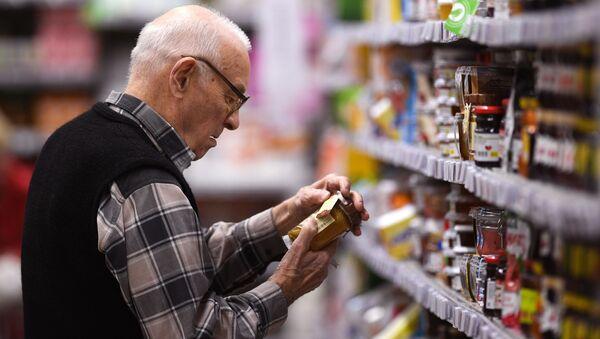 Покупатель в супермаркете - Sputnik Армения